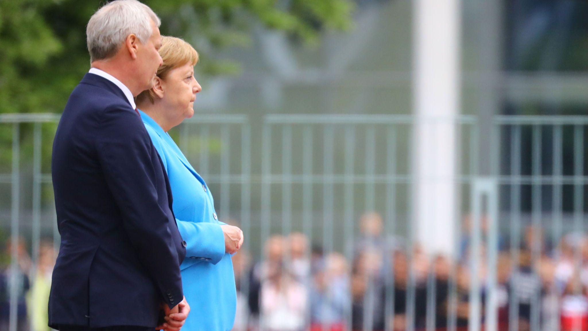 Merkel sëmuret sërish, dridhet gjatë ceremonisë zyrtare