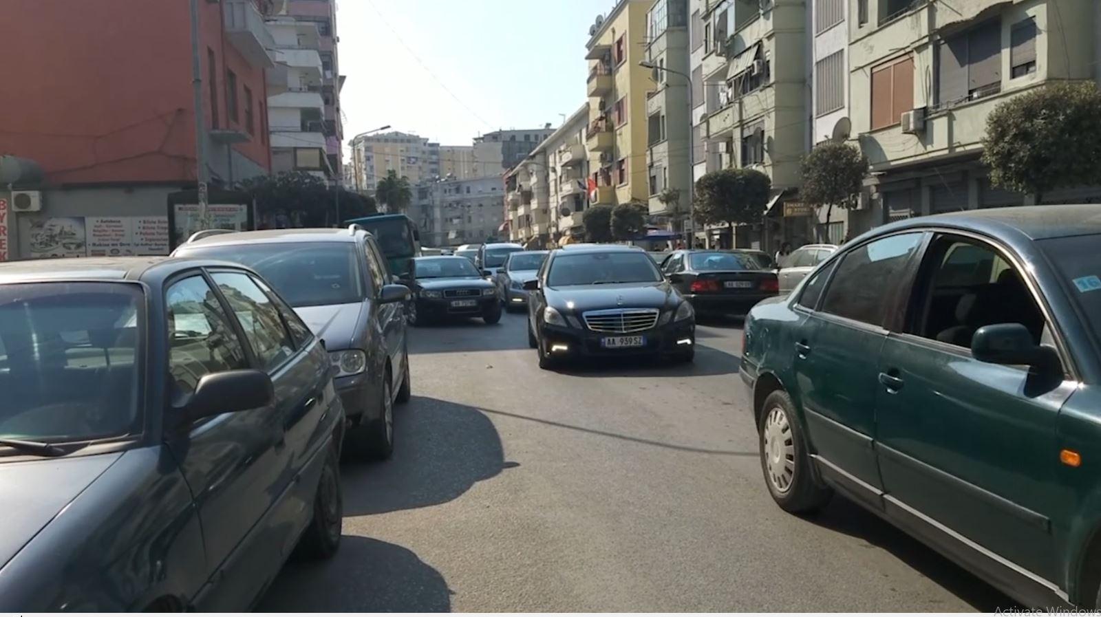 Durrësi, trafik i rënduar në çdo rrugë brenda dhe jashtë qytetit