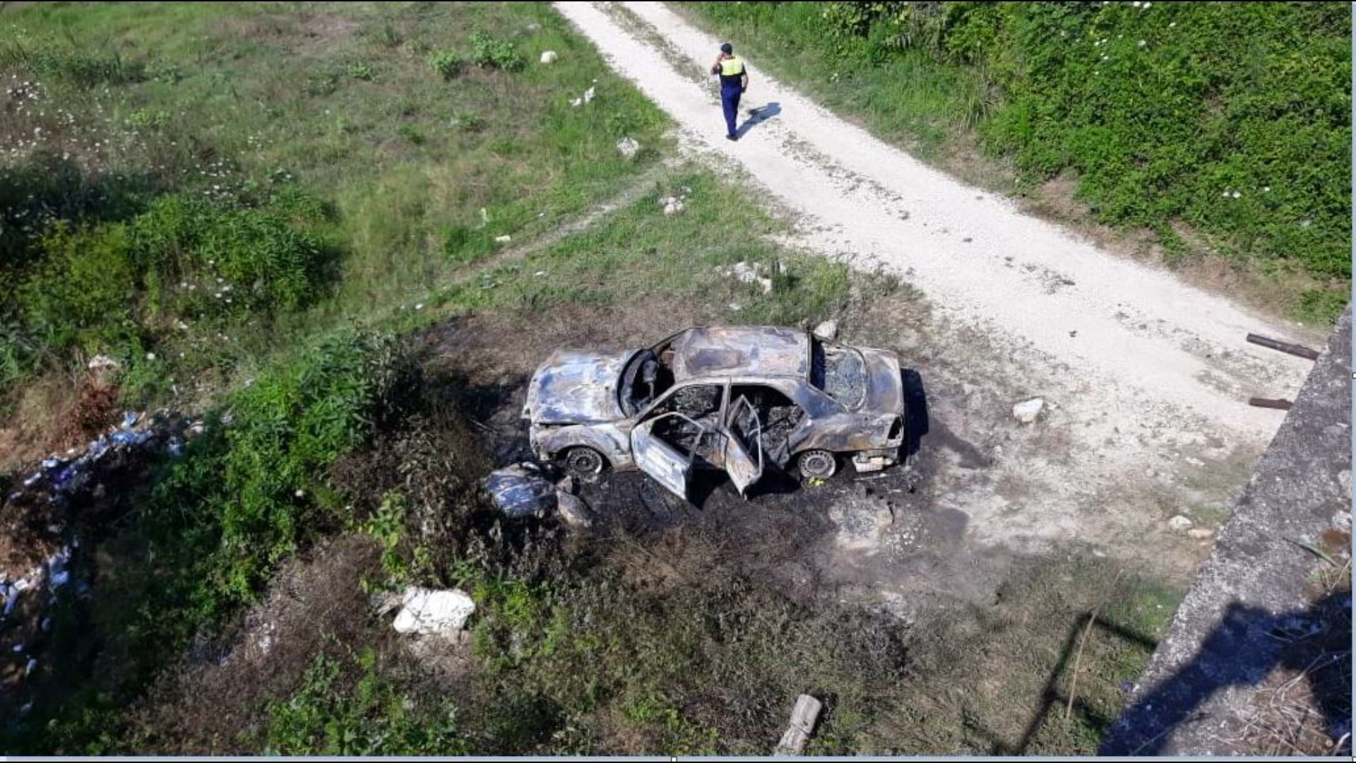 Gjendet një makinë në flakë poshtë urës së Gjolës në Krujë, dyshime për krim
