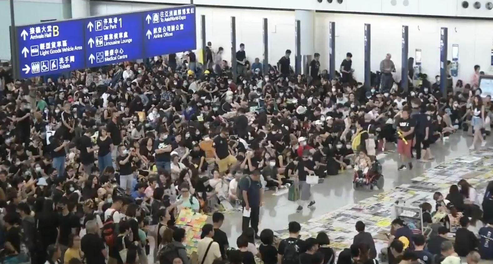 Aeroporti i Hong-Kongut anullon të gjitha fluturimet