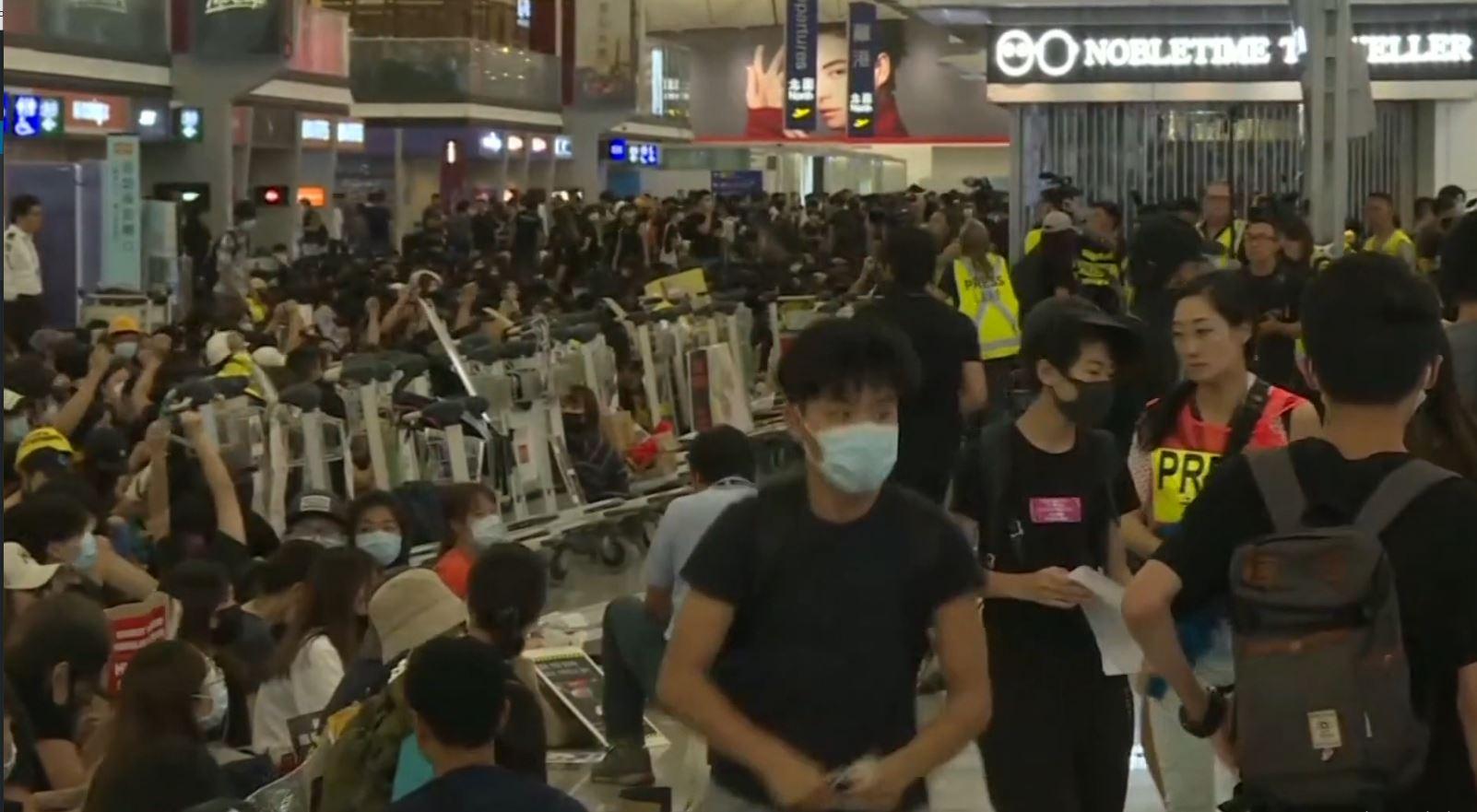 Hong Kong, protestat paralizojnë aeroportin për ditën e dytë rresht