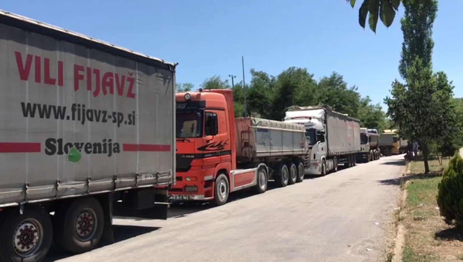 Bllokohet Qafë Thana, kamionët prej disa orësh në doganë