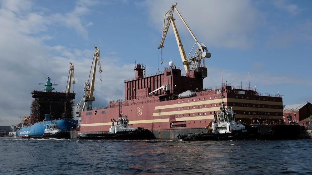 Rusi, centrali i parë bërthamor lundrues nis udhëtimin