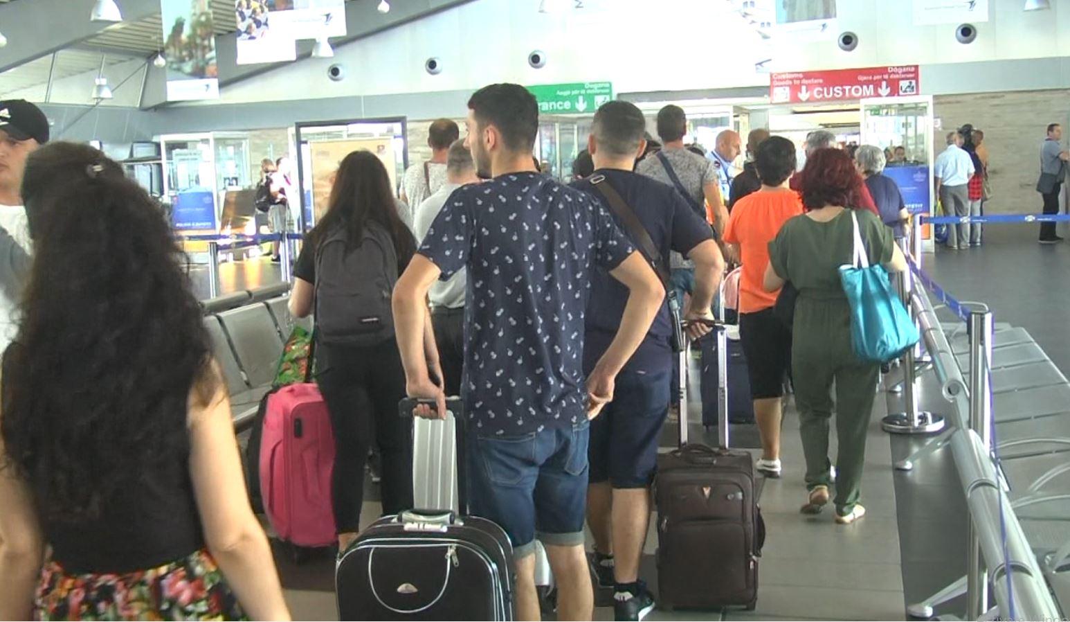 Durrës, vazhdon fluksi i atyre që vijnë në Shqipëri për pushime