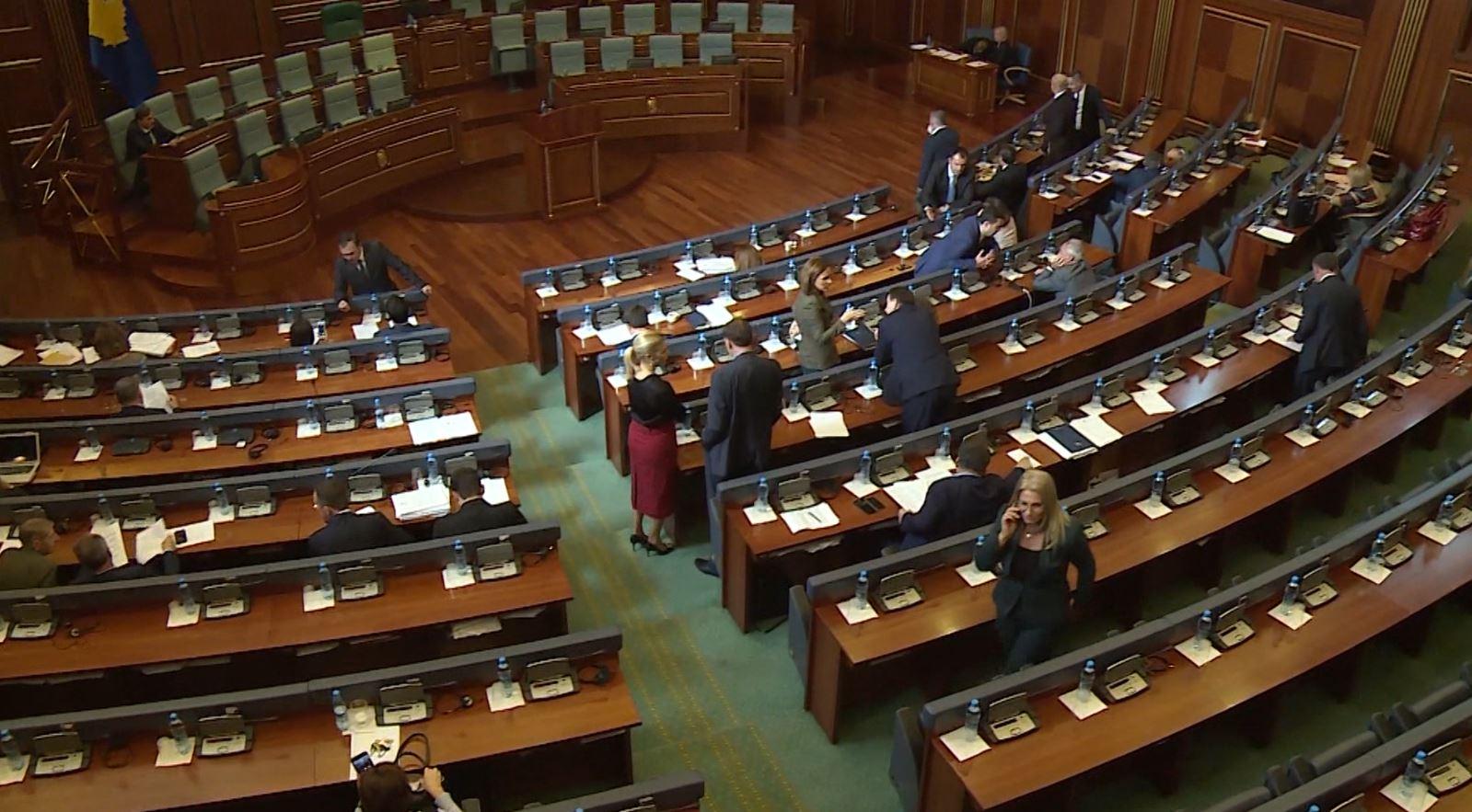 Kosovë, partitë dorëzojnë firmat për shkrirjen e Parlamentit