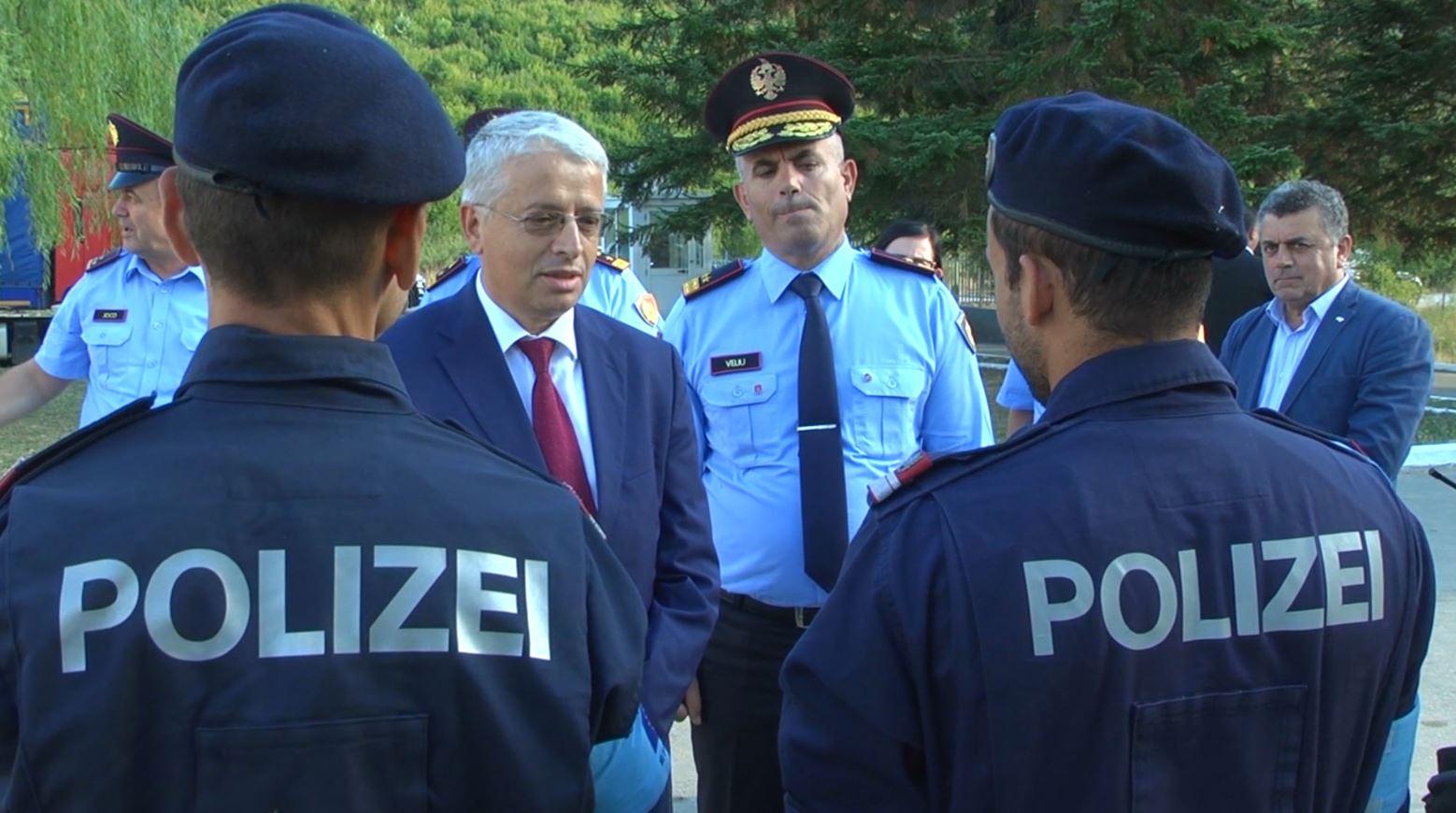 Ministri Lleshaj inspekton oficerët e FRONTEX në kufirin shqiptar