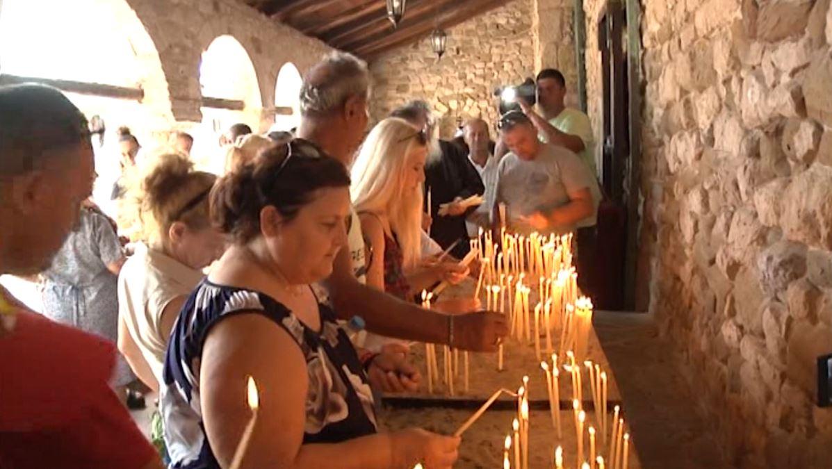 Dita e Shën Mërisë, besimtarët vërshojnë në Manastirin e Zvërnecit
