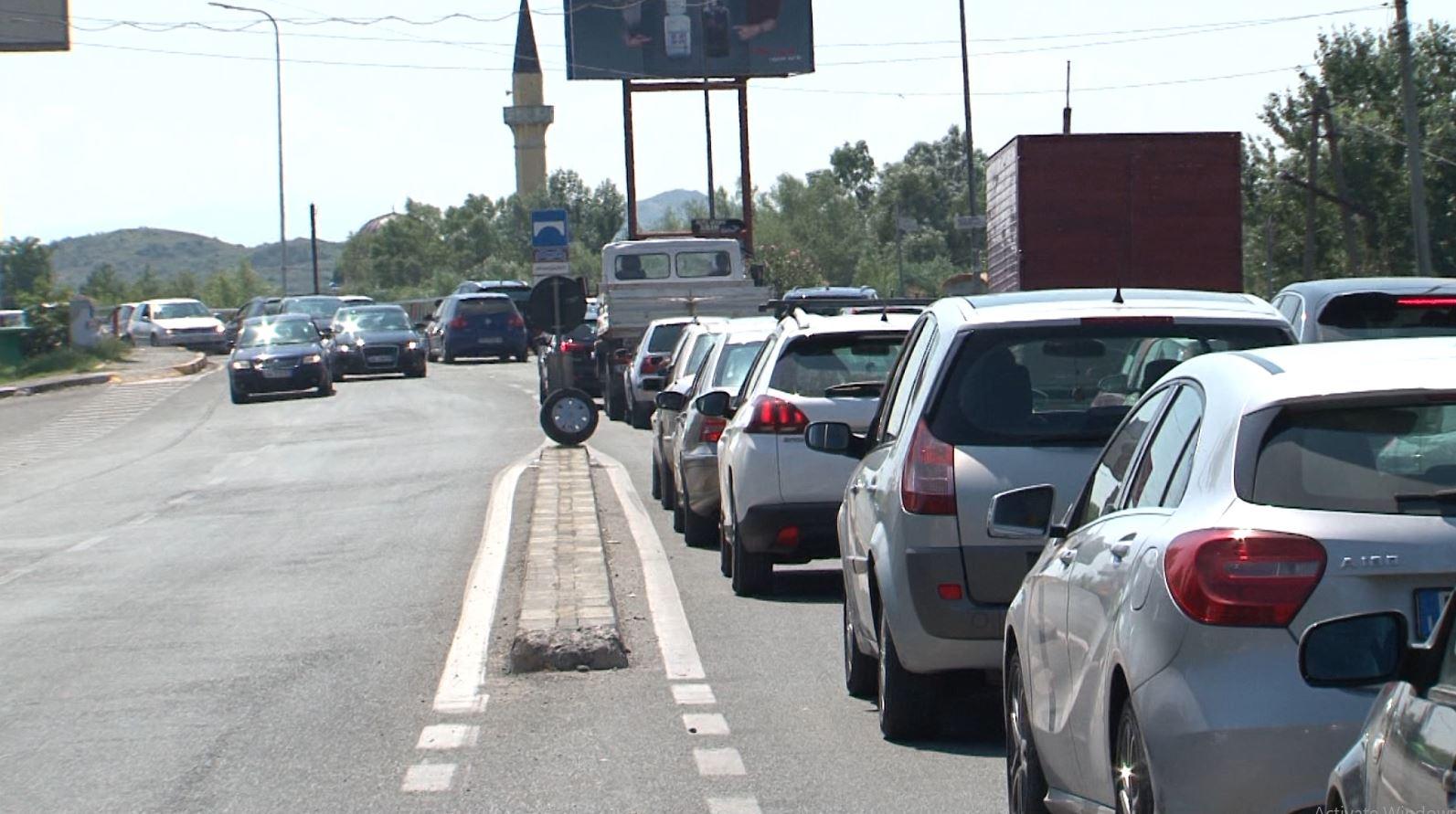 Trafiku rrugor në Shkodër, në hyrje dhe në dalje radhë të gjata makinash