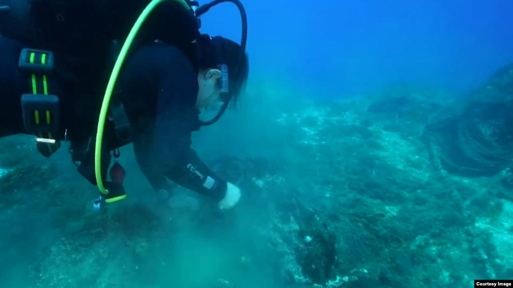 Greqi, një gji detar i mbushur me mbetje plastike