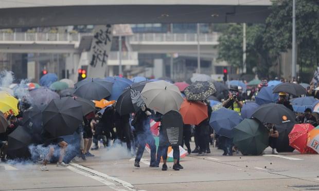 Protestat, zjarr në rrugët e Hong Kongut