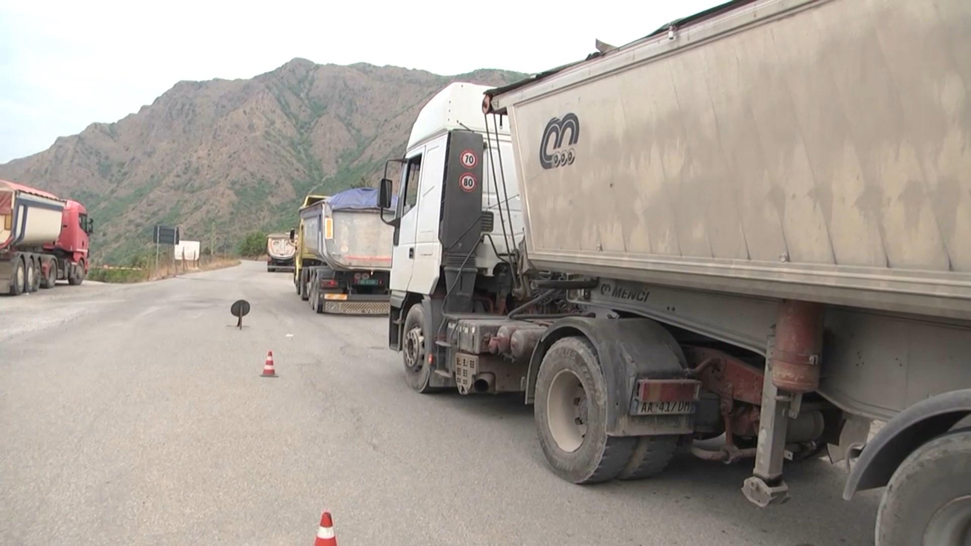 Policia bllokon kamionët e kromit në Qafë Buall