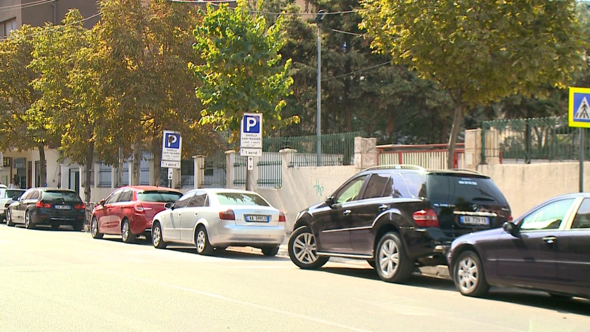 Automjetet parkohen para shkollave, urdhri i policisë nuk gjen zbatim