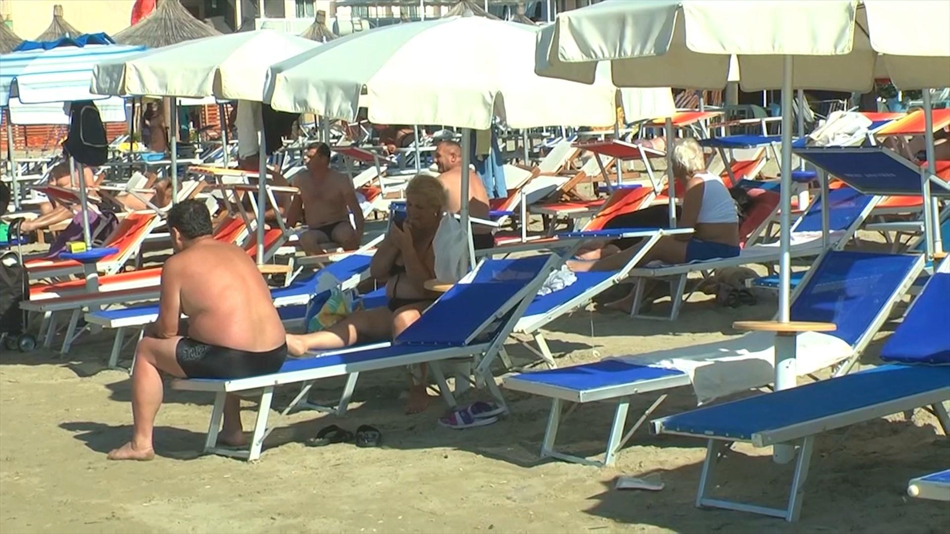 Temperaturat e larta të shtatorit, vijon sezoni turistik në plazhin e Durrësit