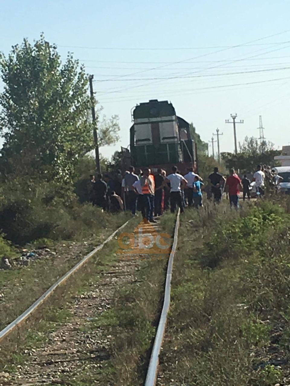 Treni i linjës Tiranë-Shkodër përplas një motoçikletë në Laç