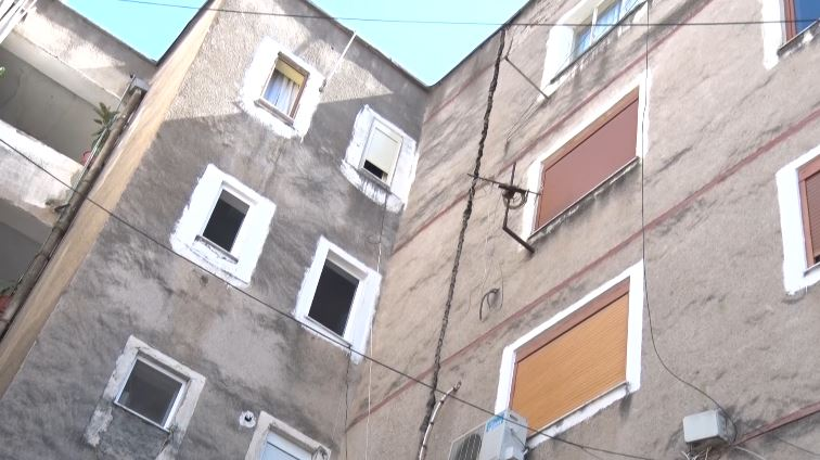 Pallati çahet në dysh, në Elbasan bilanci i dëmeve në rritje