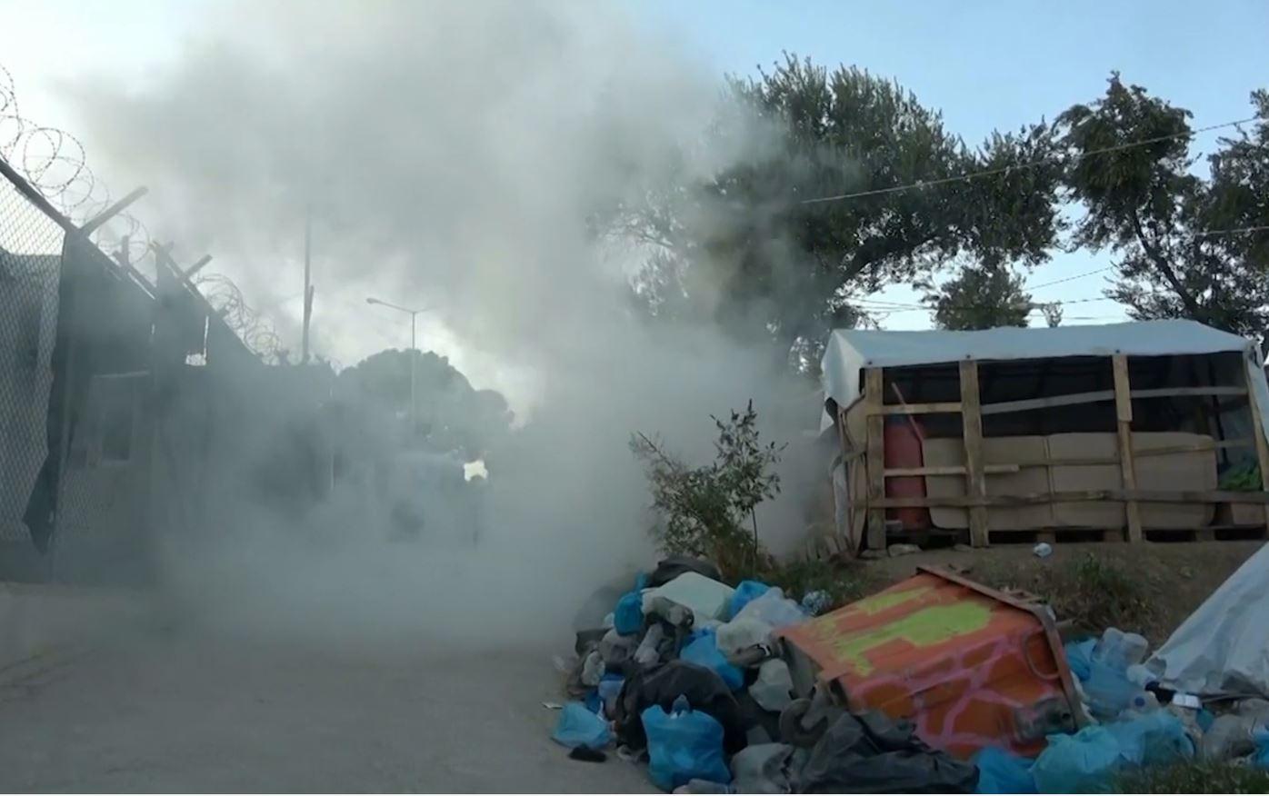 Emigrantët ndezin zjarr në shenjë proteste në ishullin e Lesbos