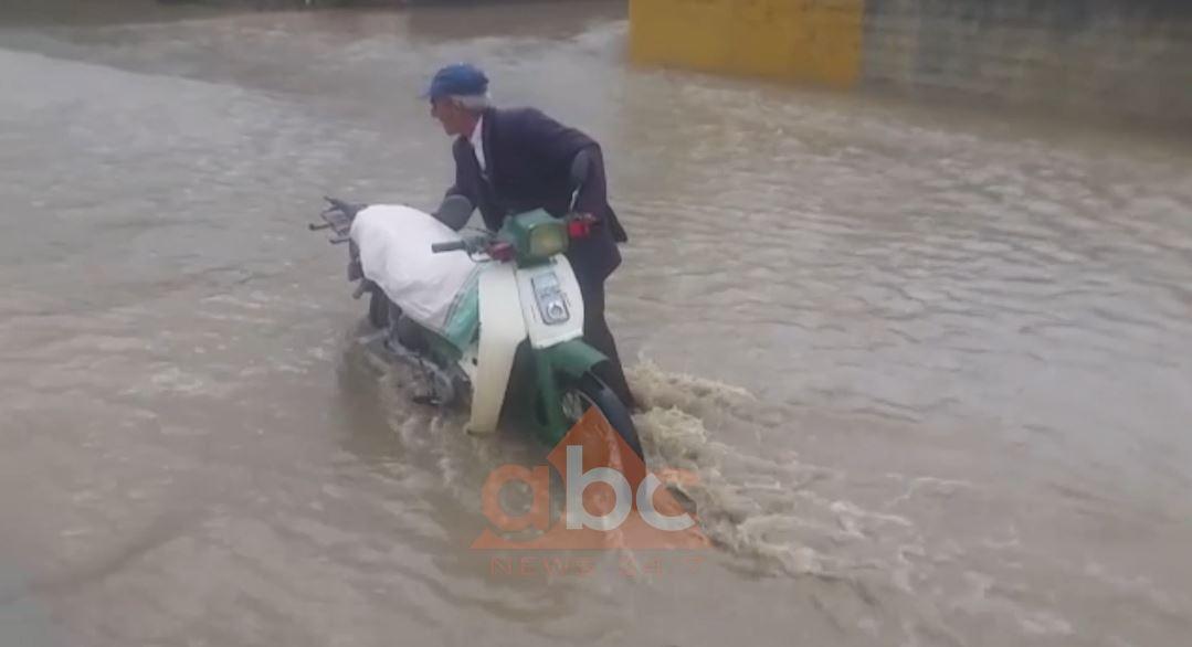 Familje të tëra kalojnë natën jashtë për shkak të përmbytjeve