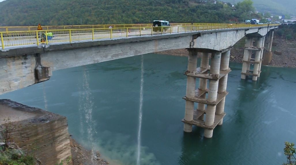 Reshjet krijojnë probleme në urën e Drinit