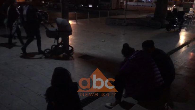 Tërmetet, qytetarët e kalojnë natën jashtë