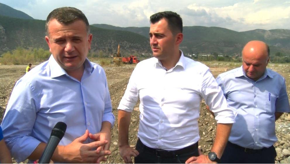 Prita përgjatë lumit Shkumbin për të shpëtuar tokat bujqësore