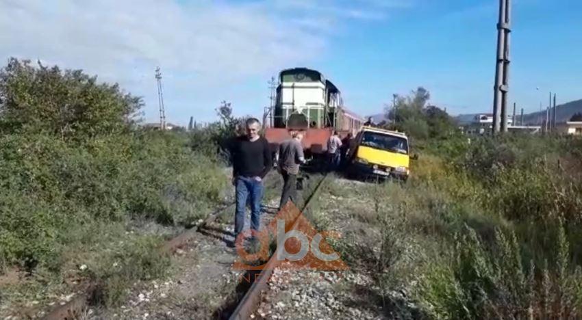 Del nga shinat treni, shpëtojnë pasagjerët