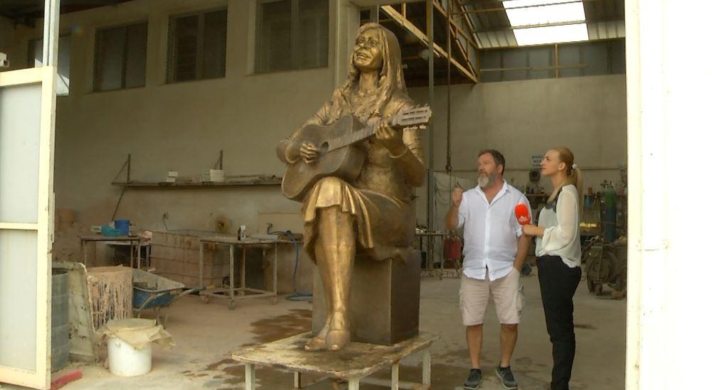 Arben Bajo gdhend në përjetësi skulpturën e Vaçe Zelës