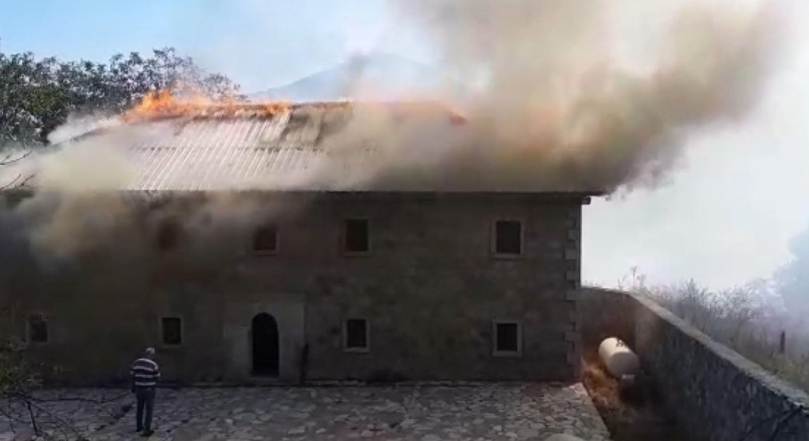 Zjarre në pyjet e Dibrës dhe Bulqizës, 1 vatër pranë banesave