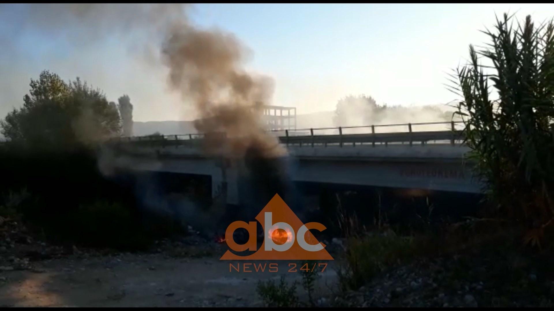 Zjarr dhe tym në superstradë, digjen plehrat poshtë urës në Mamurras