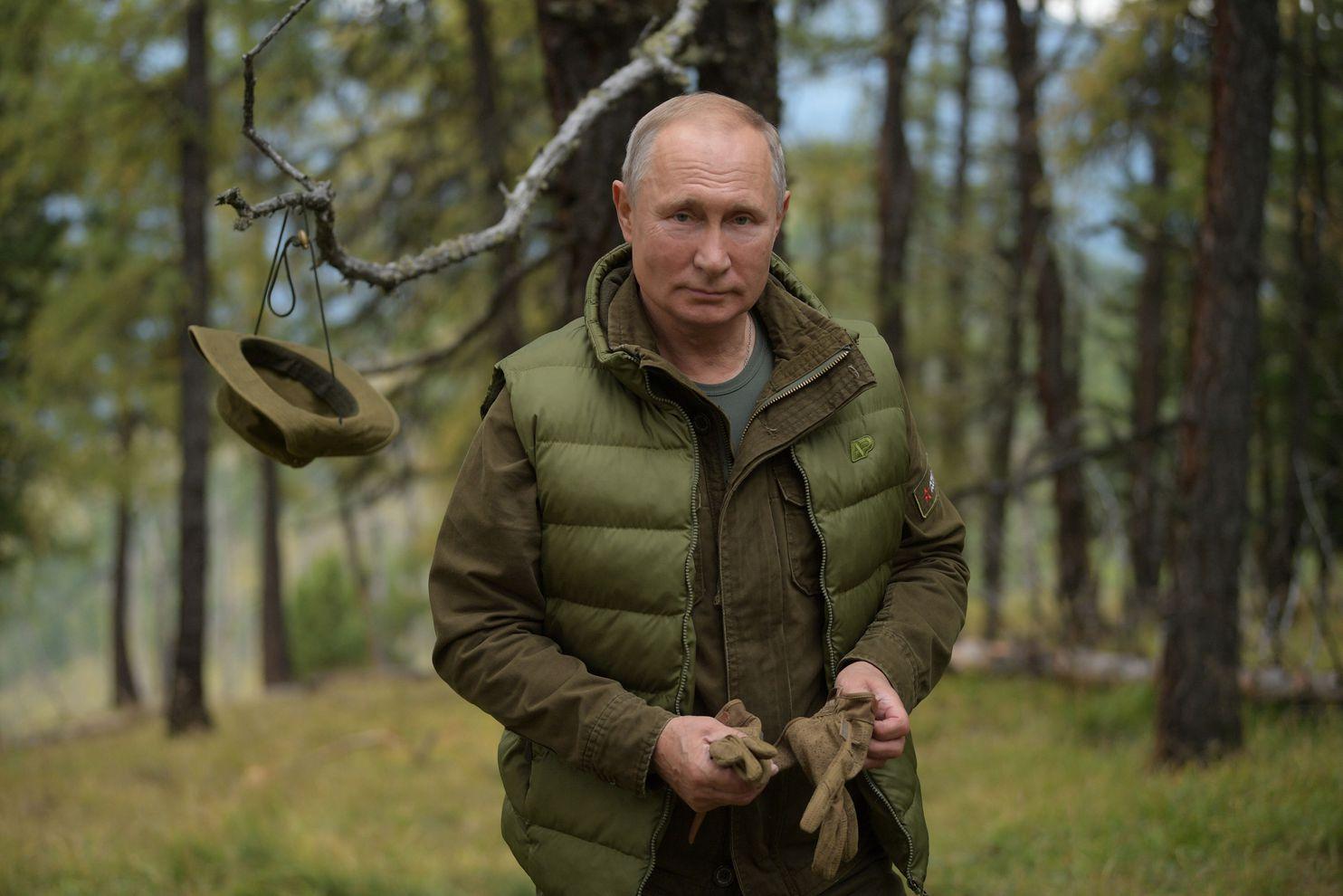 """Putin i dhuron vetes fotografi """"të gjelbërta"""" në 67 vjetorin e lindjes së tij"""
