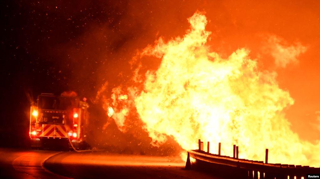 Zjarret në Kaliforni rrezikojnë ndërtesa dhe sipërfaqe të mëdha toke