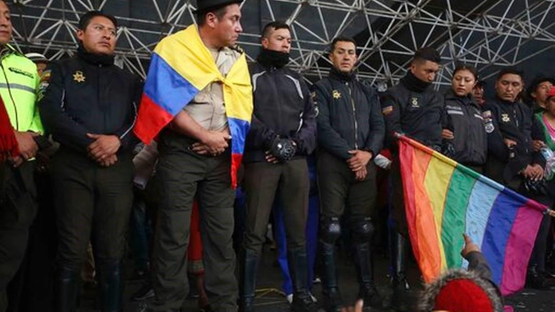 Ekuador, 8 agjentë policie kapen nga manifestuesit dhe detyrohen të sfilojnë para turmës