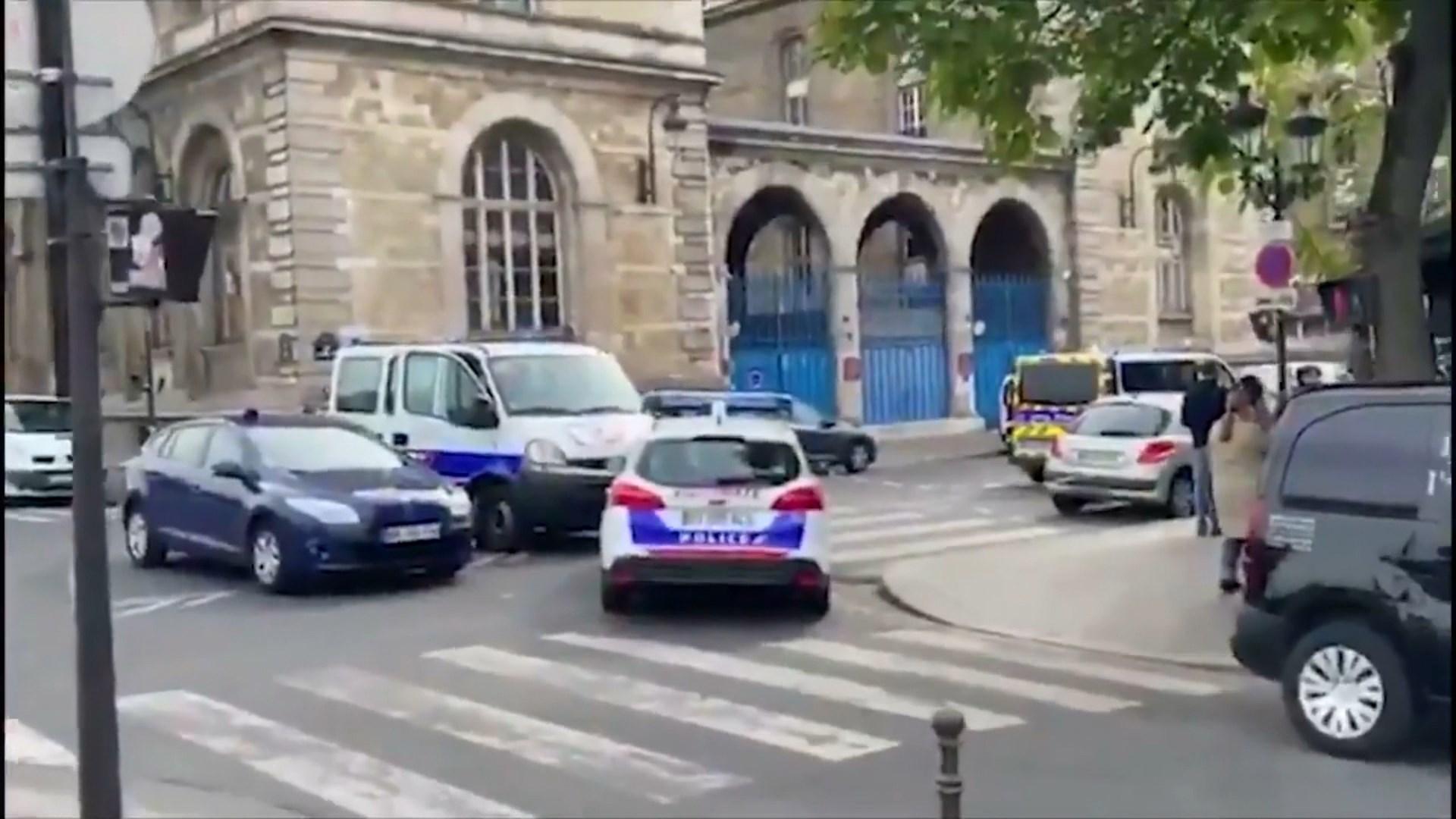 Plagosen me thikë dy agjentë policie në një komisariat në Paris