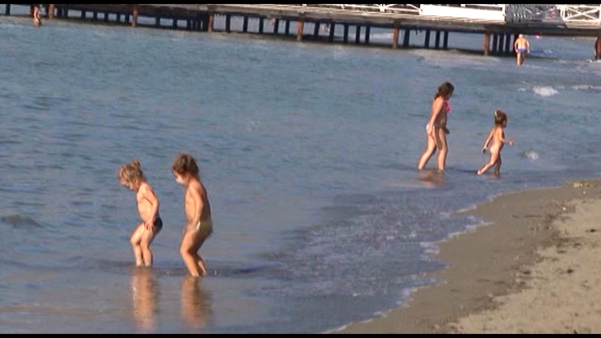 Plazh në fund të tetorit në Shëngjin, vizitorë dhe pushues popullojnë bregdetit