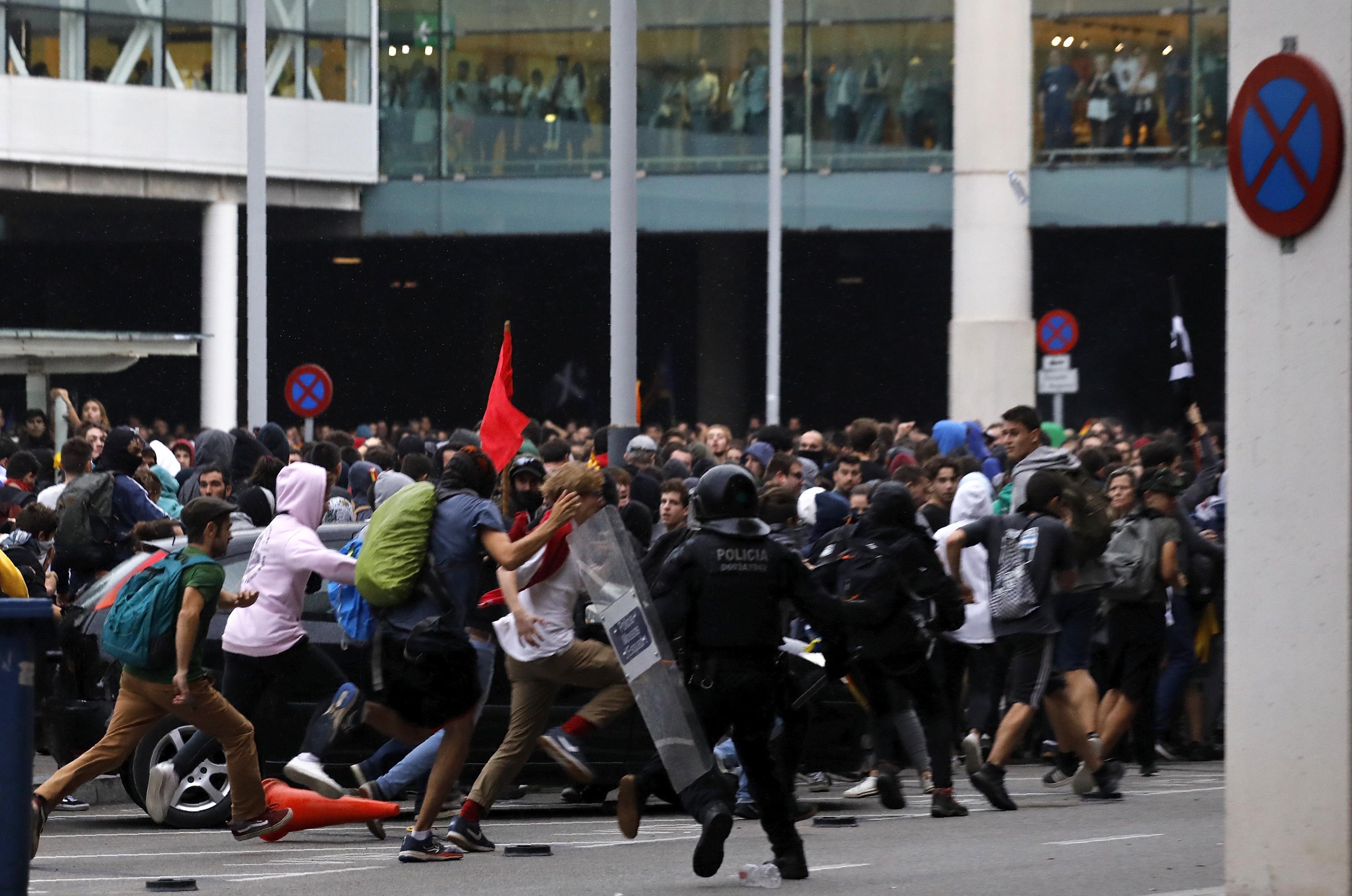 Protesta të dhunshme në Barcelonë, manifestuesit përleshen me policinë