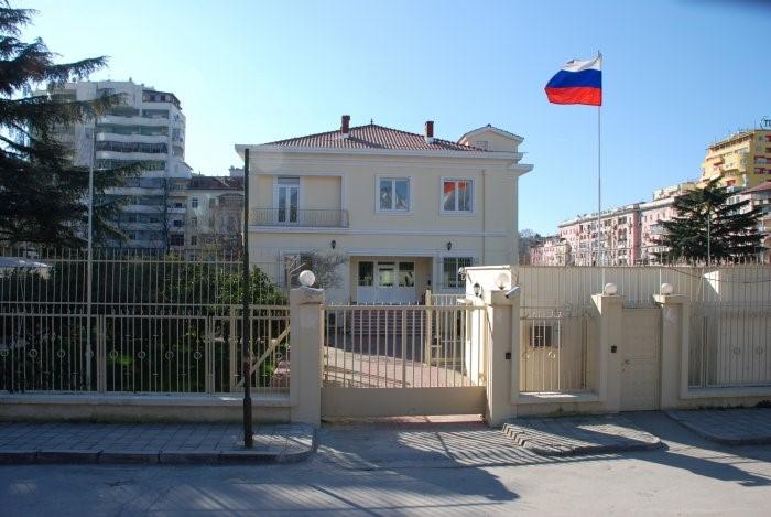 Reagon ambasada ruse në Tiranë: Analfabetë! S'keni prova!