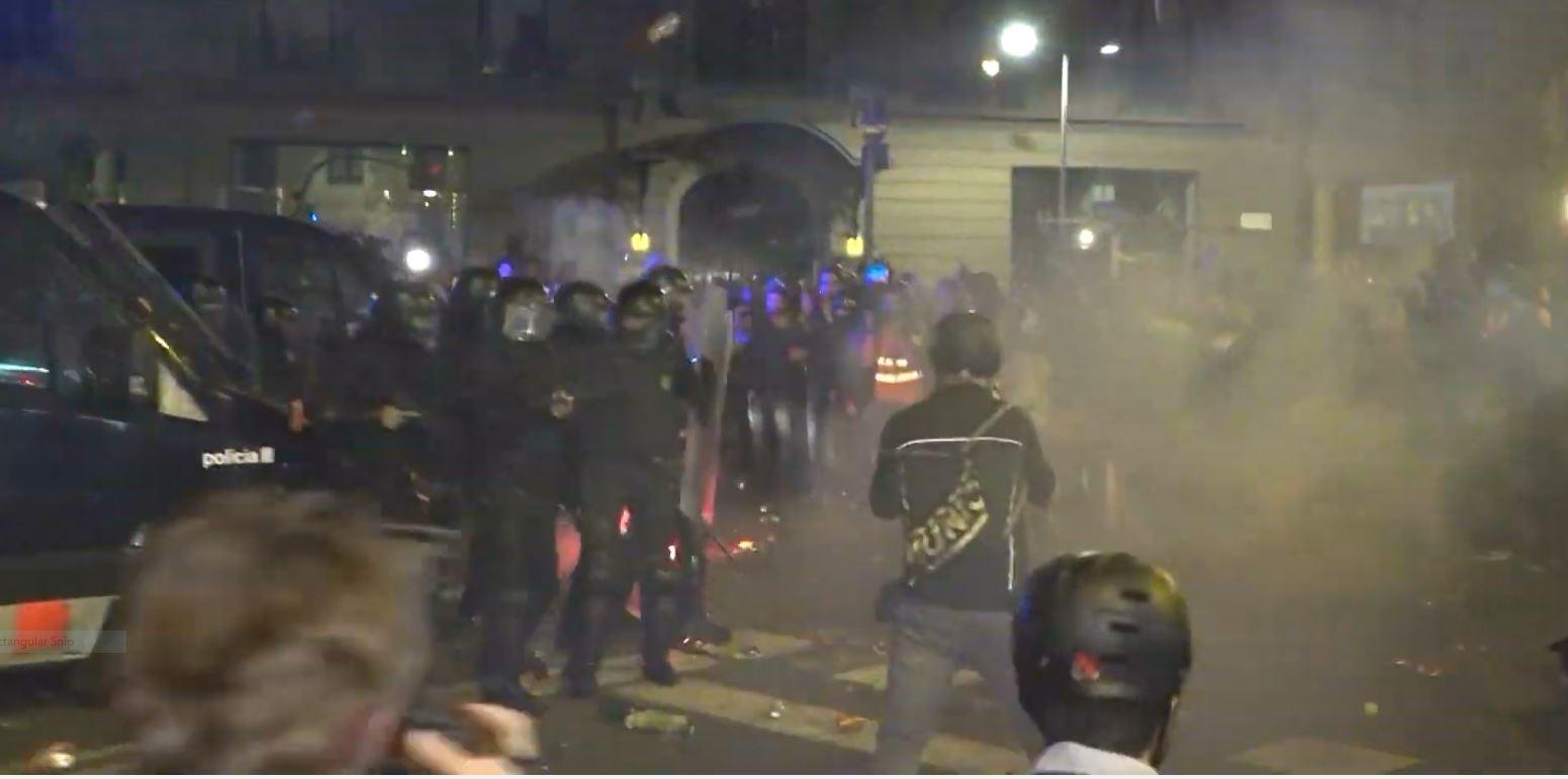 Incidente të dhunshme në Barcelonë, protestuesit përplasen me policinë