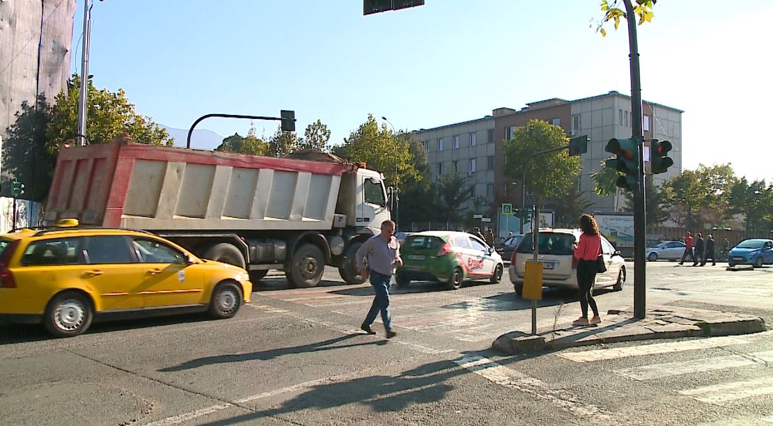 """VIDEO/ """"Ka ligj, por ka edhe Maliq"""": Kamionët e ndërtuesve të preferuar bëjnë lëmsh Tiranën, por akush s'guxon t'i gjobisë"""