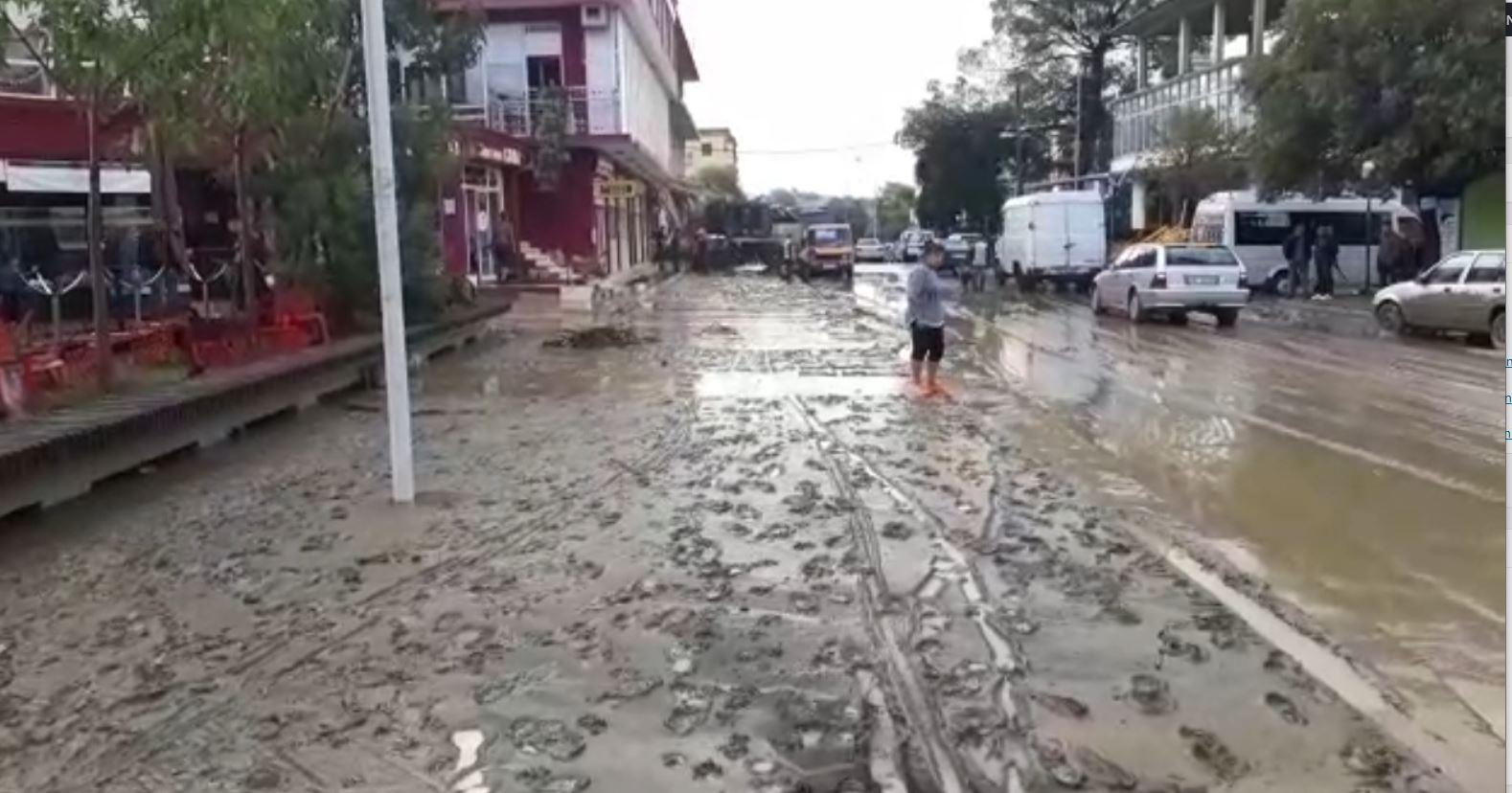 VIDEO/ Reshjet shkaktojnë kaos në Kurbin, bllokohen rrugë dhe përmbyten banesa e biznese