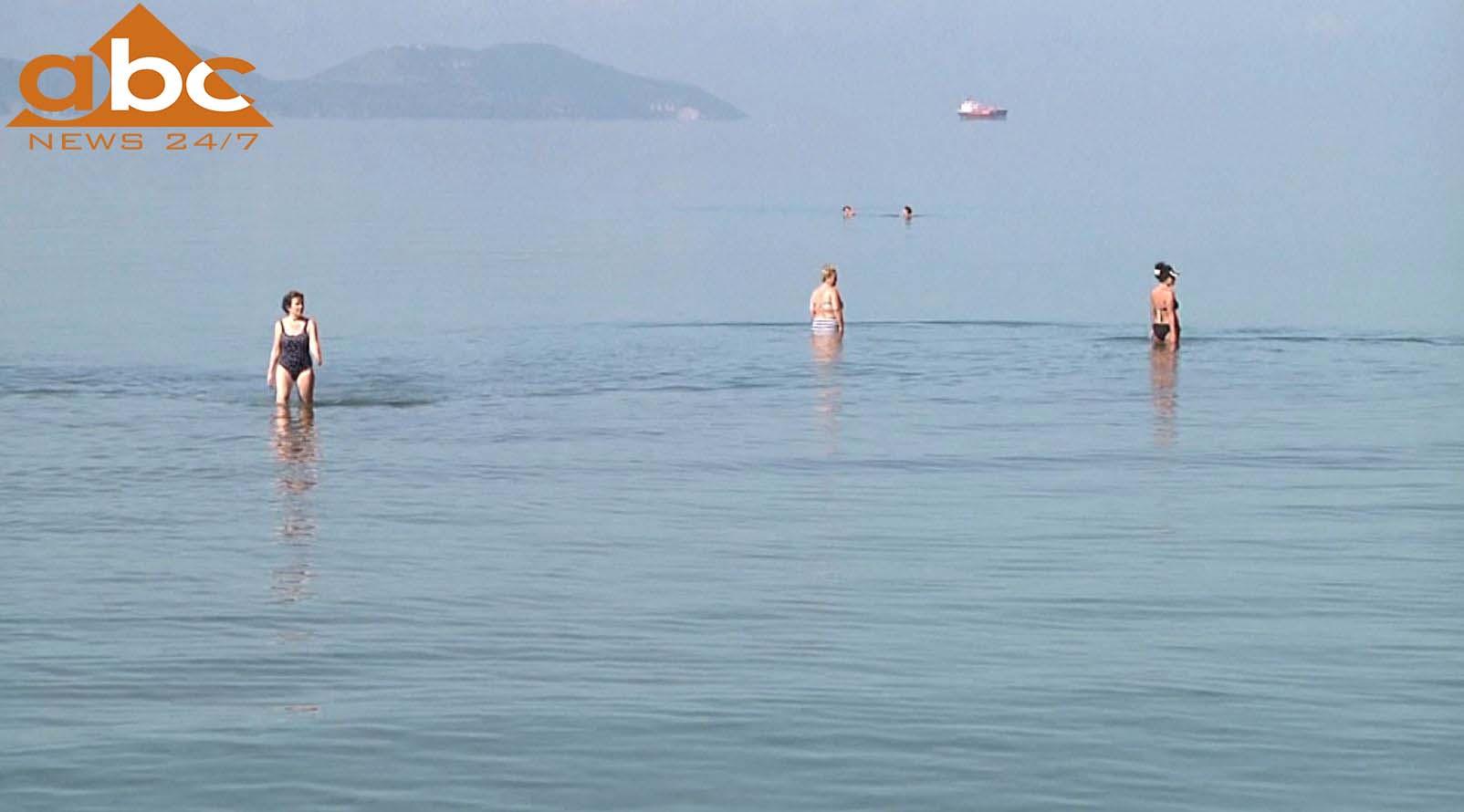 Plazhistë të huaj dhe vendas vërshojnë në bregdetin e jugut