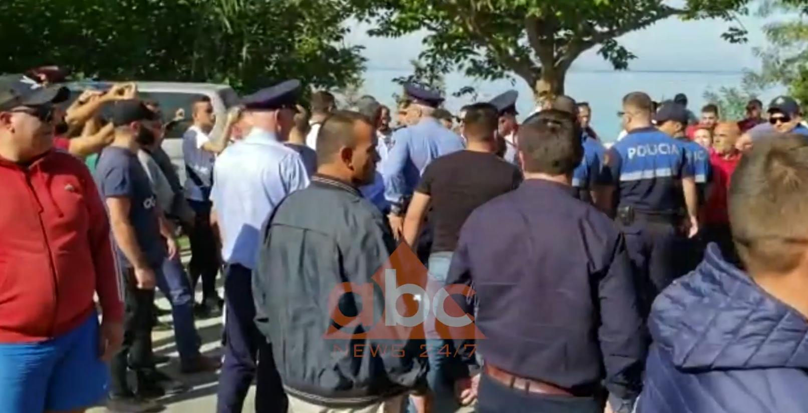 Përplasja në Radhimë, banorët thonë se pronat e tyre po grabiten nga oligarkët