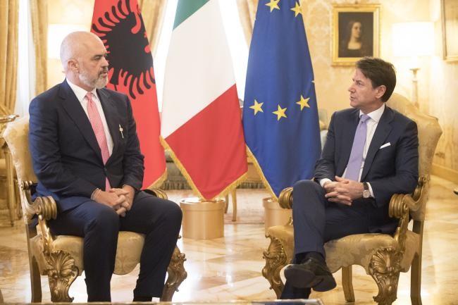 Arrihet marrëveshja | Të burgosurit shqiptarë që vuajnë dënimin në Itali do të transferohen në Shqipëri