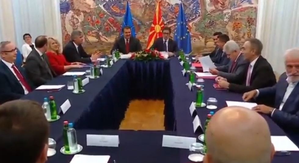 """Liderët politikë në Maqedoninë e Veriut """"të ngujuar"""" prej 3 orësh"""