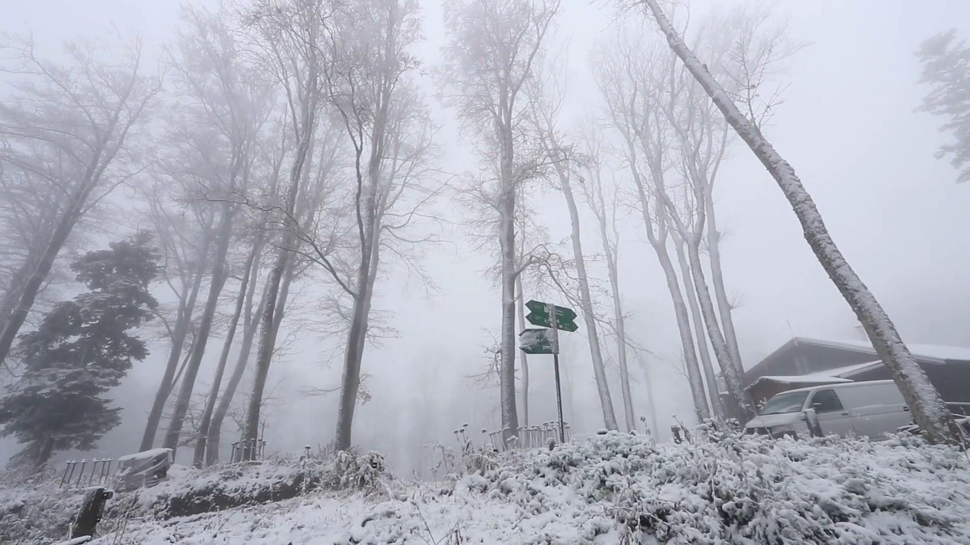 VIDEO/ Erdhi dimri, vendet pranë Shqipërisë zbardhen nga dëbora