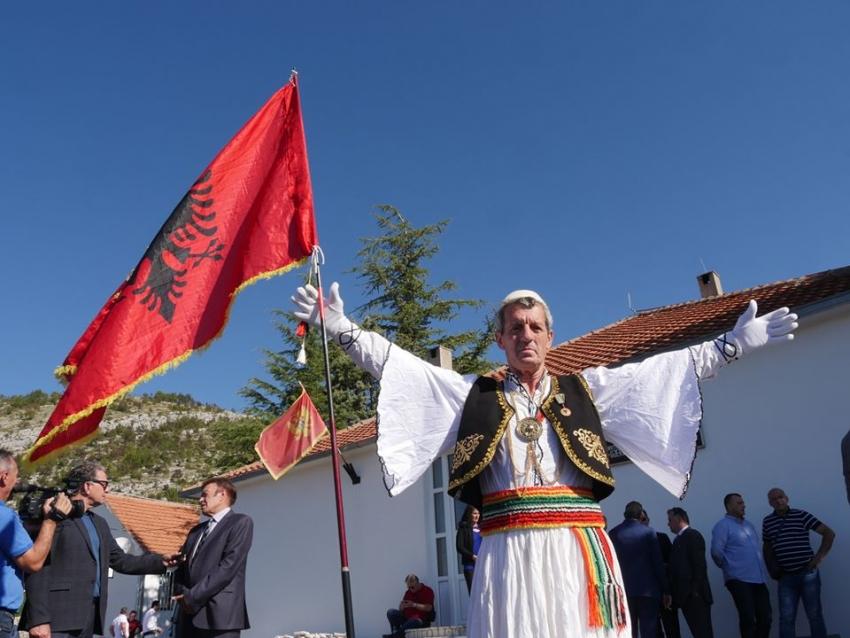VIDEO/Mali i Zi dënon aktivistin shkodran, shpalosi simbolet shqiptare në Tivar