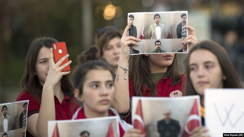 Turqia dënon me 15 vjet burg dy nga gjashtë personat e dëbuar nga Kosova