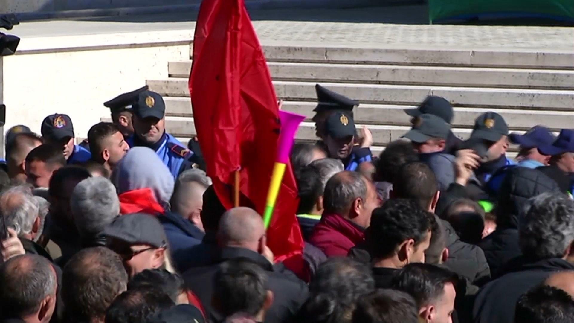 Dëmet në protestat e bulevardit/ Gjykata Administrative rrëzon bashkinë anulon gjobat ndaj PD