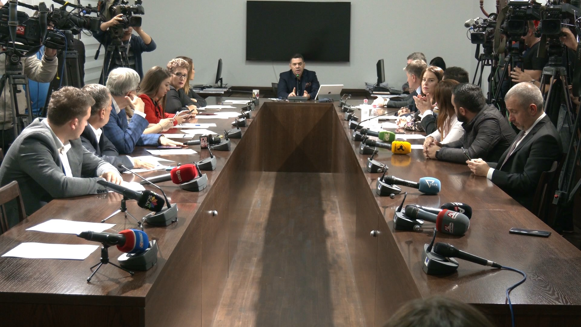 """Ekonomia """"rrëzon"""" Beqjen, Ahmetaj: Projektligji për faljen e gjobave antikushtetues"""