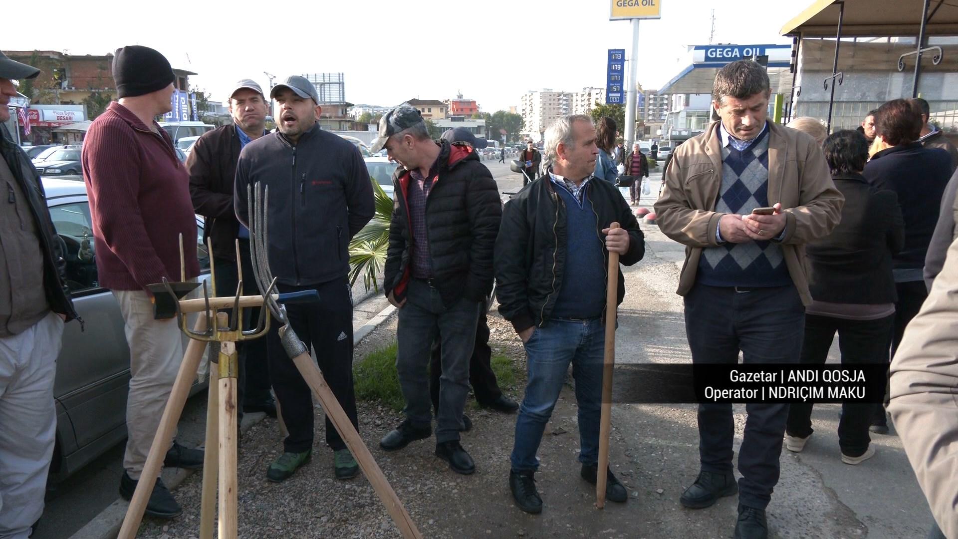 Tri orë protestë me sfurqe e bishta lopate, banorët dolën në rrugë për të mbrojtur shtëpitë