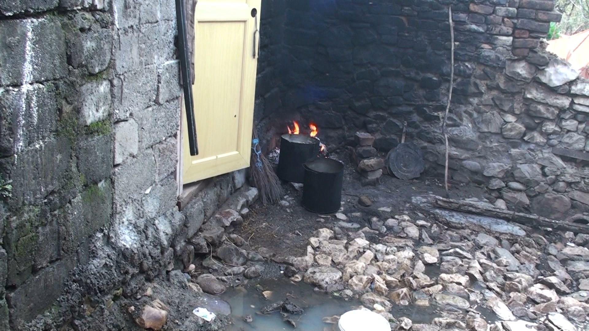 Shtëpia e familjes Kuka në Laç e pabanueshme, banorët: institucionet nuk na ndihmojnë