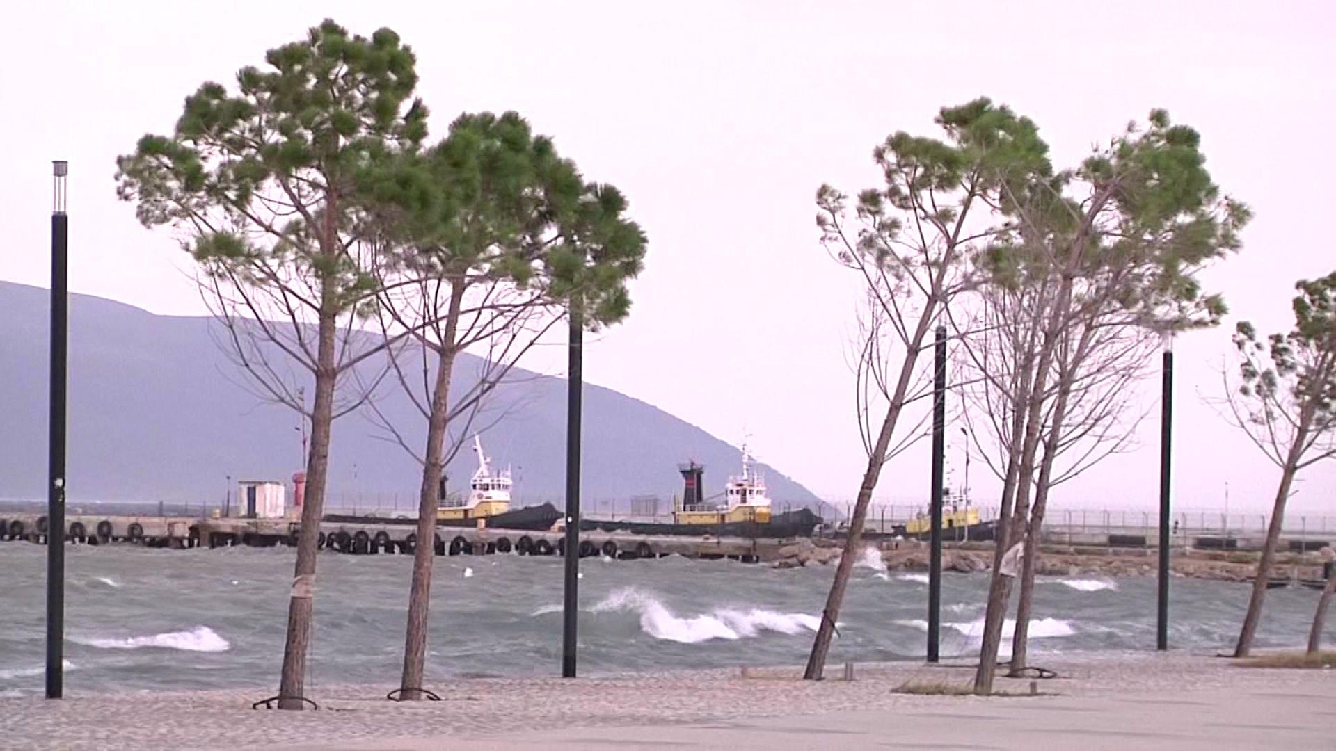 Pezullohet për dy ditë lundrimi i trageteve nga porti i Vlorës